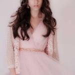 Casaco Blanco, €32,99 Vestido Zara, preço sob consulta Cinto H&M, €4,95 Brincos da produção