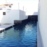A piscina no jardim.