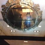O espelho do teto da sala privada.