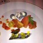 Flash de tomate com toques herbáceos, vários tipos de tomate e sardinhas.