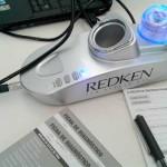 A máquina Redken, de visão microscópica, que avalia o couro cabeludo e o tipo de fio de cabelo de cada cliente.