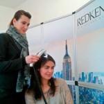 Uma das especialistas Redken a avaliar o tipo de cabelo da Teresa, membro da nossa redação.