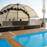 A pequena piscina e o palco onde atuam os DJs.