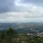 A serra do Montejunto eleva-se a 666 metros de altitude.