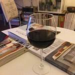 A beber vinho e a ler revistas inspiradoras.