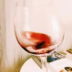 A fazer o vinho bailar no copo.