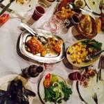Felicidade partilhada à mesa entre amigos