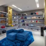 A seção de calçado e acessórios no piso inferior.