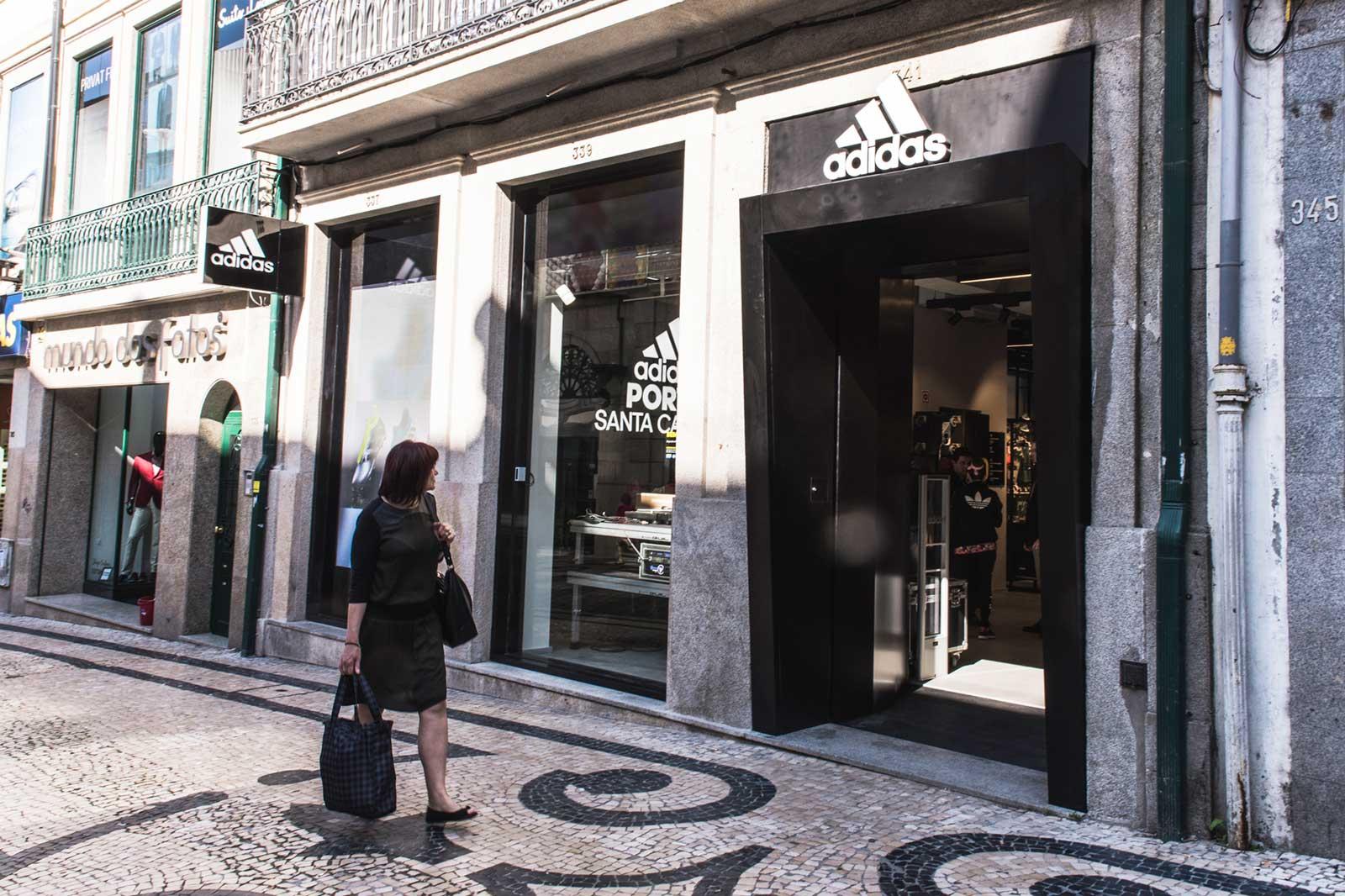 3372eb1343f A nova loja da Adidas fica na emblemática Rua de Santa Catarina.
