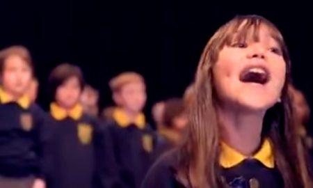 Já conhece a voz que está a emocionar o mundo?
