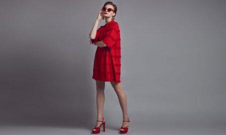 Vestido Zara  Sandálias Zara  Óculos de sol, brincos e piercing do septo da produção