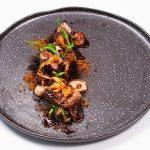 Lombo de borrego assado em carvão, cinza de alho francês e cogumelos, puré de batata com manteiga tostada