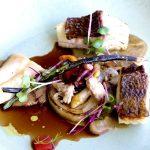 Sortido de peixe dos três continentes de Portugal com bivalves marisco e molho de vinho tinto