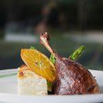 Perna de pato confitada em aromas de mel, gratinado de ratte, espargos verdes e aromas cítricos