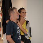 o designer Victor Dzenk com a modelo que veste uma das suas criações