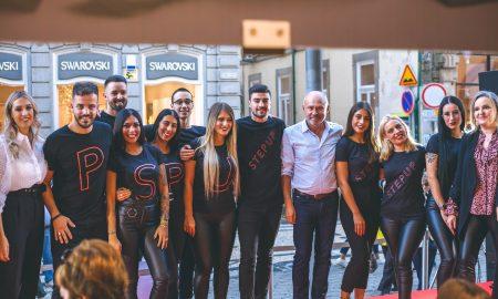 Foto 3 - Acácio Teixeira, com colaboradores que subiram à passerelle neste aniversário