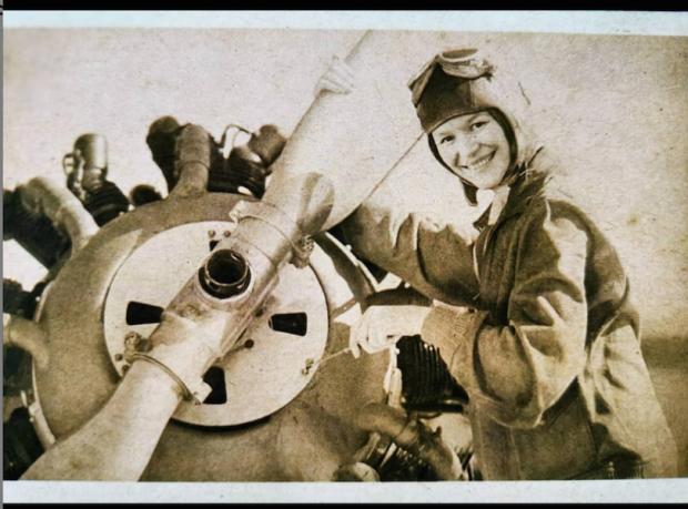 Joana Foto de Cena piloto de aviões nos anos 30. Novela Éramos 6PNG