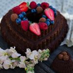 Bolo coração de mãe de chocolate e frutos vermelhos com brigadeiro em saco de pasteleiro, €45