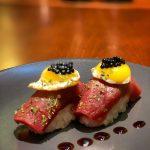 1 - Bitoque de Niguiri - Niguiri de atum, ervas finas, gema de codorniz frito ao azeite trufado, caviar