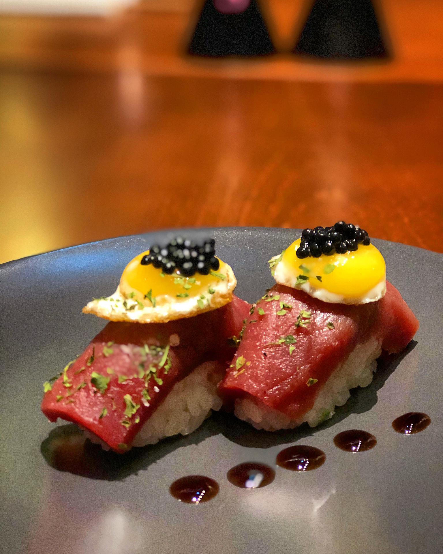 1 – Bitoque de Niguiri – Niguiri de atum, ervas finas, gema de codorniz frito ao azeite trufado, caviar