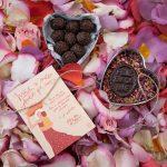 Forma antiga em formato coração com 9 mini-brigadeiros tradicionais e placa Feliz Dia da Mãe em chocolate, €12