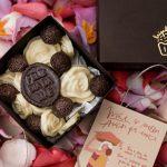 Caixa de mini-brigadeiros, rosas de chocolate branco, tradicional e caramelo e mini-corações de chocolate com a placa Feliz Dia da Mãe, €25
