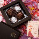 Caixa de 4 mini-bolos em forma de rosa no sabor red velvet e chocolate, recheados de brigadeiro tradicional e placa Feliz Dia da Mãe em chocolate, €28